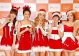 """""""サンタ姿""""で登場したKARAの(左から)ジヨン、ニコル、ギュリ、スンヨン、ハラ (C)ORICON DD inc."""