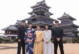 NHK朝の連続テレビ小説『おひさま』の松本城ロケを行った(左から)田中圭、マイコ、井上真央、満島ひかり、金子ノブアキ