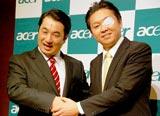 ものもらいを告白したヒヨドリ来留夫(右)と菅直人首相のモノマネ芸人・テル (C)ORICON DD inc.
