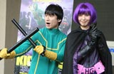 米映画『キック・アス』のコスプレ姿で登場した加藤夏希(右)となだぎ武