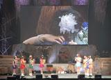 『モーニング娘。コンサートツアー2010秋〜ライバルサバイバル〜』ツアー最終公演でモーニング娘。を卒業する亀井絵里と涙の抱擁を交わす田中れいな