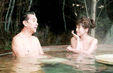 """大ファンだという女優・かたせ梨乃とサプライズで混浴が実現!いつもの""""テキトー""""さを忘れる高田純次(左)"""