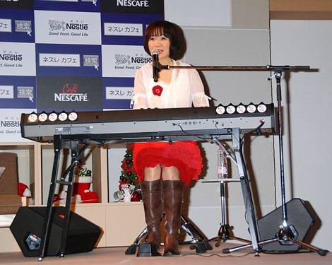 新『ネスレサイト』のオープン記念イベントで、「いいんじゃない?」を披露した平松愛理 (C)ORICON DD inc.