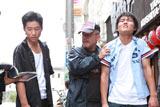 ジャルジャルに演技指導する井筒和幸監督(中央) (C)2010「ヒーローショー」製作委員会