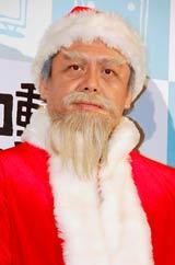 ミュージカル『クリスマスキャロル』の舞台稽古前に報道陣の取材に劇中のサンタ姿で応じた堀江貴文氏