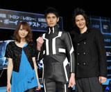 左から佐藤かよ、トロン・ボーイ賞を受賞した大塚寛之さん、JOY