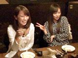 ドッキリで飲み会に参加する(左より)山本梓、夏川純