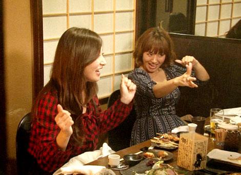 こちらは、ドッキリで飲み会に参加する(左より)熊田曜子、磯山さやか