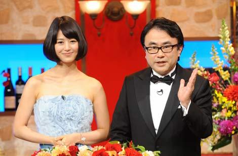 三谷をサポートする夏目三久アナと三谷幸喜(右) (c)日本テレビ