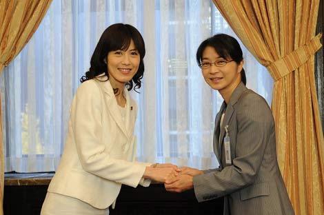 主人公を演じる田中美佐子と共演するラジオパーソナリティ・小島慶子(左) (C)TBS