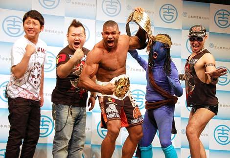 2010年K-1王者のアリスター・オーフレイムのよしもとクリエイティブエージェンシー契約会見に出席した(左から)東京ダイナマイトの松田大輔、ハチミツ二郎、アリスター・オーフレイム、レイザーラモンRGとHG (C)ORICON DD inc.