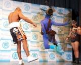 2010年K-1王者アリスター・オーフレイムのよしもと契約会見の模様、アリスター(左)の蹴りを受け飛び上がるレイザーラモンRG (C)ORICON DD inc.