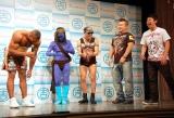 2010年K-1王者アリスター・オーフレイムのよしもと契約会見の模様、レイザーラモンと東京ダイナマイトがよしもとルール『あいさつ』を伝授 (C)ORICON DD inc.