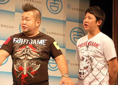 2010年K-1王者のアリスター・オーフレイムのよしもとクリエイティブエージェンシー契約会見に出席した東京ダイナマイトのハチミツ二郎(左)と松田大輔 (C)ORICON DD inc.