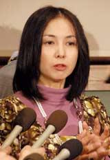 今月22日に行われた会見に涙目で取材に応じた麻木久仁子 (C)ORICON DD inc.