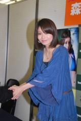 初写真集『Pearl Road』の発売記念握手会イベントで握手会を行う森カンナ (C)ORICON DD inc.