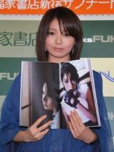 初写真集『Pearl Road』の発売記念握手会イベントを行った森カンナがお気に入りという写真を披露 (C)ORICON DD inc.