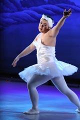 """公開プロポーズのため、猛特訓した""""求愛ダンス""""を披露するインパルス・堤下敦(C)フジテレビジョン"""