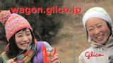 『江崎グリコ』新CMで笑顔をのぞかせる石原さとみ(左)
