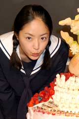 NHK朝の連続テレビ小説『おひさま』の会見で24歳の誕生日を祝福された井上真央