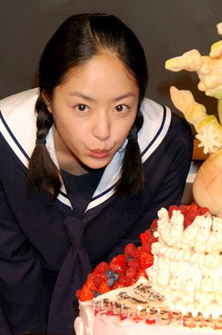 NHK朝の連続テレビ小説『おひさま』の会見で24歳の誕生日を祝福された井上真央 (C)ORICON DD inc.