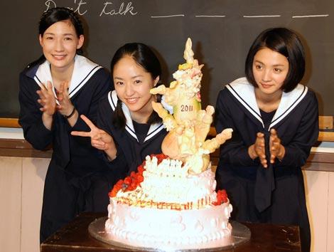 ケーキを囲むマイコ