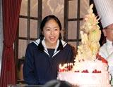 NHK朝の連続テレビ小説『おひさま』の会見で24歳の誕生日をサプライズで祝福され笑顔する井上真央