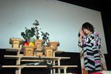 """劇場内に建立された""""崖っぷち神社""""に「ディープなキスができますように……」と願いを込めて拝礼する、オアシズ・大久保佳代子 (C)ORICON DD inc."""