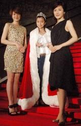 7代目東宝シンデレラオーディションに輝いた上白石萌歌さん(写真中央)と、歴代受賞者の長澤まさみ(写真左)と水野真紀 (C)ORICON DD inc.