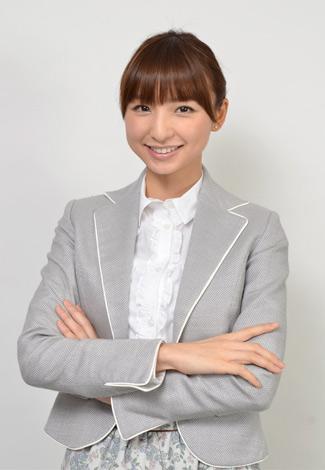 スペシャルドラマ『桜からの手紙〜AKB48 それぞれの卒業物語〜』で副担任役を演じる篠田麻里子