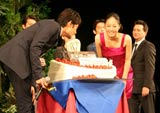 映画『太平洋の奇跡 フォックスと呼ばれた男』の舞台あいさつで竹野内豊&井上真央の特大バースデーケーキが登場