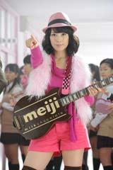 全身ピンクの衣装でロックンローラーに扮した仲里依紗/『明治ミルクチョコレート』新CMメイキングカット