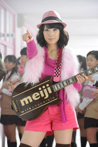 サムネイル 全身ピンクの衣装でロックンローラーに扮した仲里依紗/『明治ミルクチョコレート』新CMメイキングカット