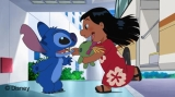 アニメ『スティッチ!〜ずっと最高のトモダチ〜』で再会を果たすスティッチ(写真左)とリロ