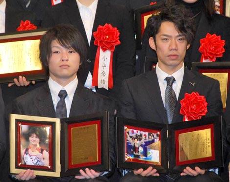 『第45回ビッグスポーツ賞』の表彰式に出席した高橋大輔選手(右)、内村航平選手 (C)ORICON DD inc.