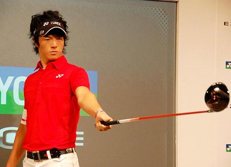 『ヨネックスゴルフ2011』新製品発表会で、新しいドライバーの使い心地を確認する石川遼選手 (C)ORICON DD inc.