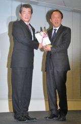 2010年度『PRパーソン・オブ・ザ・イヤー』表彰式に出席した池上彰氏(右) (C)ORICON DD inc.