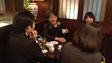 直木賞受賞の知らせを待つ道尾秀介(中央)と編集者ら