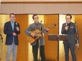 ビリー・バンバンの新曲ヒット祈願イベントに応援に駆けつけた石坂浩二(写真左)