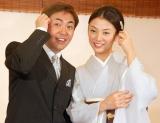 婚約会見を行った林家三平と国分佐智子 仲むつまじく「どうもすいません」 (C)ORICON DD inc.