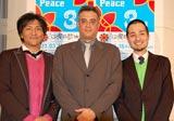 『沖縄感謝の夕べ』前に報道陣の取材に応じたスリムクラブ(左から真栄田賢、内間政成)、デニー友利(中央)