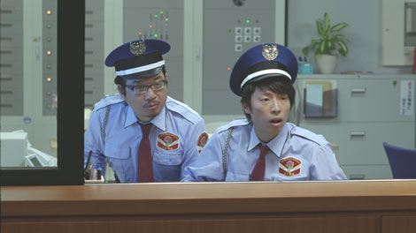何ごとかと守衛室からのぞくやくみつると田村淳(右)/『ボス 贅沢微糖』(サントリー)新CM