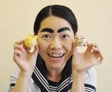 自身がプロデュースしたキャラクタースイーツ『イモトわたろん』と『動物わたろん』を手に笑顔を見せる、イモトアヤコ