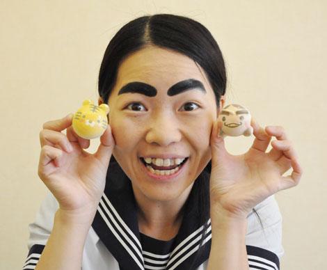 サムネイル 自身がプロデュースしたキャラクタースイーツ『イモトわたろん』と『動物わたろん』を手に笑顔を見せる、イモトアヤコ