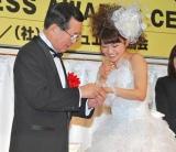 『第5回 ブライダルジュエリー プリンセス』を受賞したAKB48の大島優子(右)、初めて左手薬指に指輪をはめるもなかなか通らず苦笑い (C)ORICON DD inc.