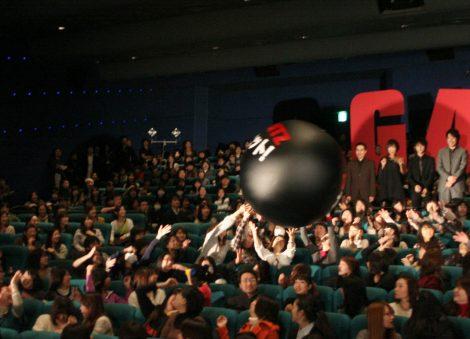 映画『GANTZ』の公開初日舞台あいさつの会場には、封切りを祝う大玉が出現 (C)ORICON DD inc.