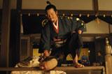 織田信長演じる豊川悦司が、明智光秀役の市村正親に激しくぶつかる!※写真は第4話より(C)NHK