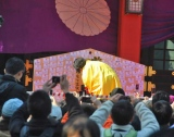 由緒ある日枝神社の『節分祭』に参加した遊助、超巨大絵馬に祈願も行った 【3日=東京・赤坂】 (C)ORICON DD inc.