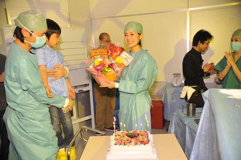 撮影中のドラマ『最上の命医』(テレビ東京系)現場で、斎藤工らキャスト陣が北川弘美の30歳バースデーを祝福