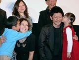 子どもたちからお母さん、お父さんに感謝のチュー!(左から)矢部光祐、小泉今日子、永瀬正敏、小西舞優 (C)ORICON DD inc.